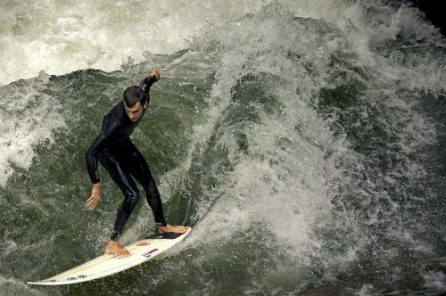 Surfing in downtown Munich, Germany, on a standing wave of the Eisbach. - На гребне волны... - Серфинг